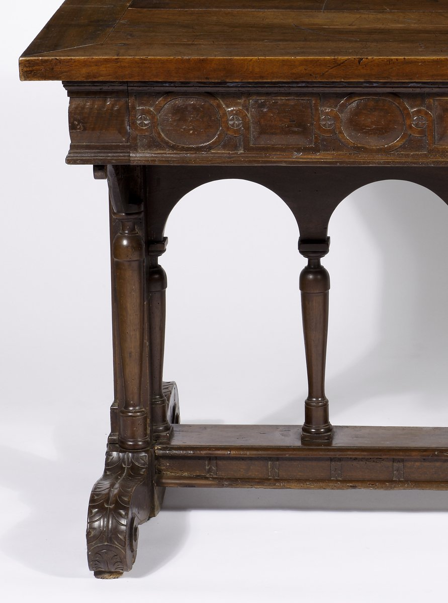 a renaissance walnut henri ii style table le trianon. Black Bedroom Furniture Sets. Home Design Ideas